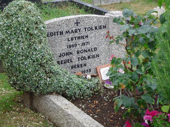 La tomba di Tolkien e sua moglie Edith a cui sono stati aggiunti i nomi di Beren e Luthien