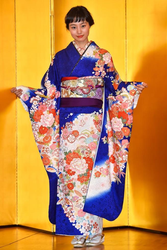 Shioli Kutsuna con il kimono