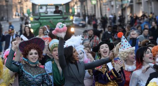 Kerry Washington regginetta in auto alla parata dell'Hasty Pudding
