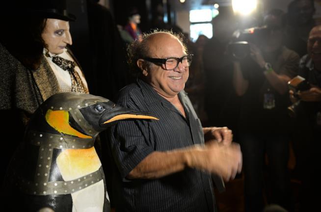 3 Pinguini in una sola immagine! Danny DeVito, il suo costume di scena e uno dei suoi alleati