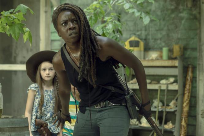 Danai Gurira nel ruolo di Michonne insieme a Cailey Fleming nei panni di Judith