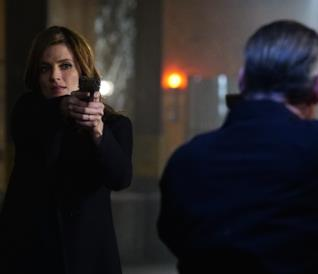 Stana Katic imbraccia una pistola nei panni di Kate Beckett in Castle