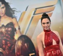 Gal Gadot davanti al poster di Wonder Woman durante una prima del film