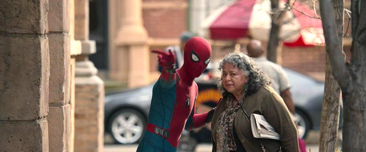 Spider-Man indica la via a una signora