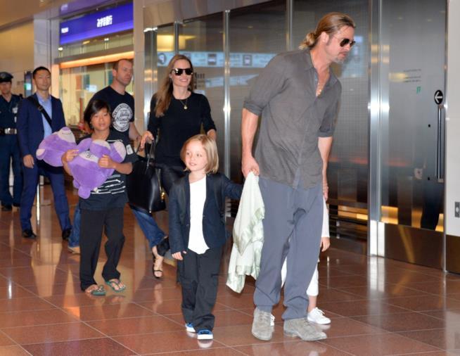 Angelina Jolie e Brad Pitt in un vecchio scatto con i loro figli