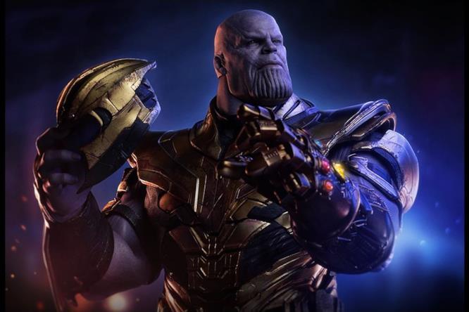L'action figure di Thanos tiene il casco in mano.