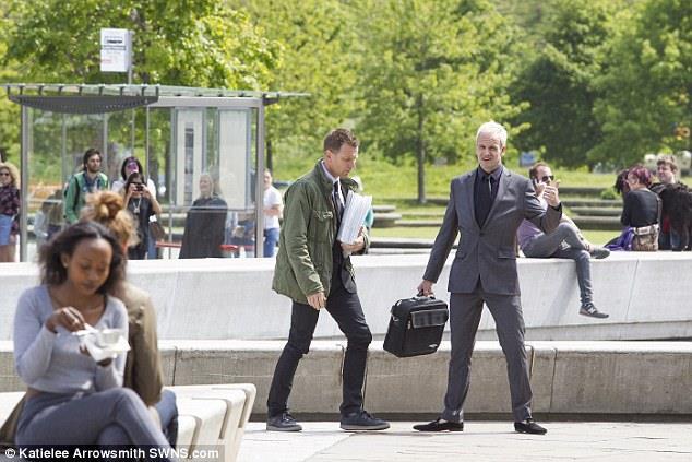 Ewan McGregor e Jonny Lee Miller girano davanti al Parlamento Scozzese