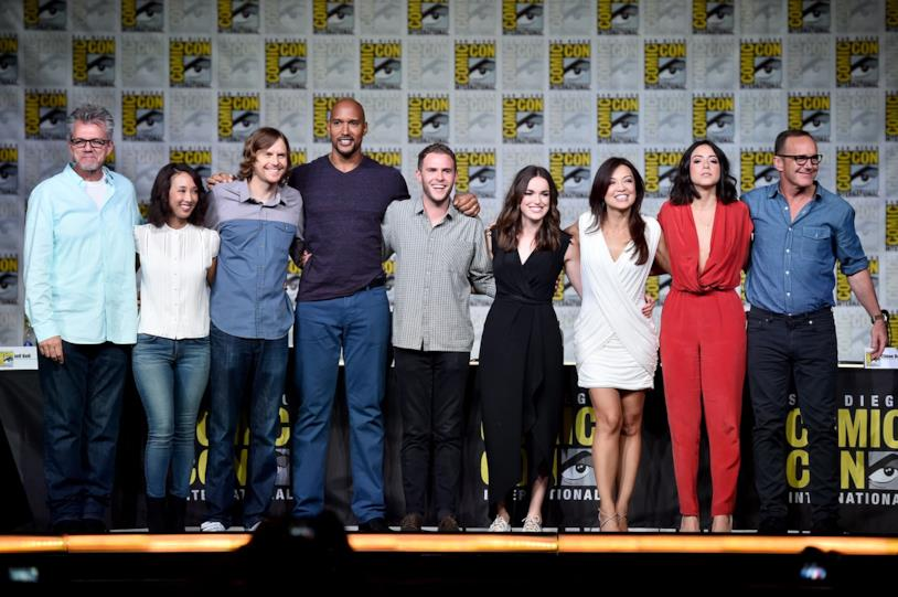 Il saluto al pubblico da parte del cast di Agents of S.H.I.E.L.D., tutti in piedi nella Hall H