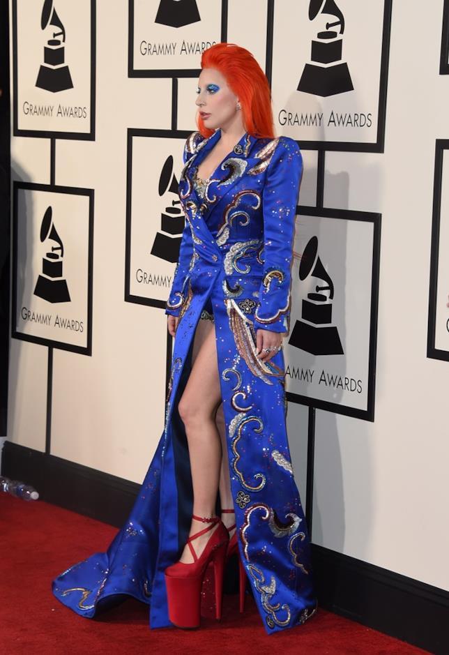 Lady Gaga ai Grammy Awards 2016 con i capelli arancioni