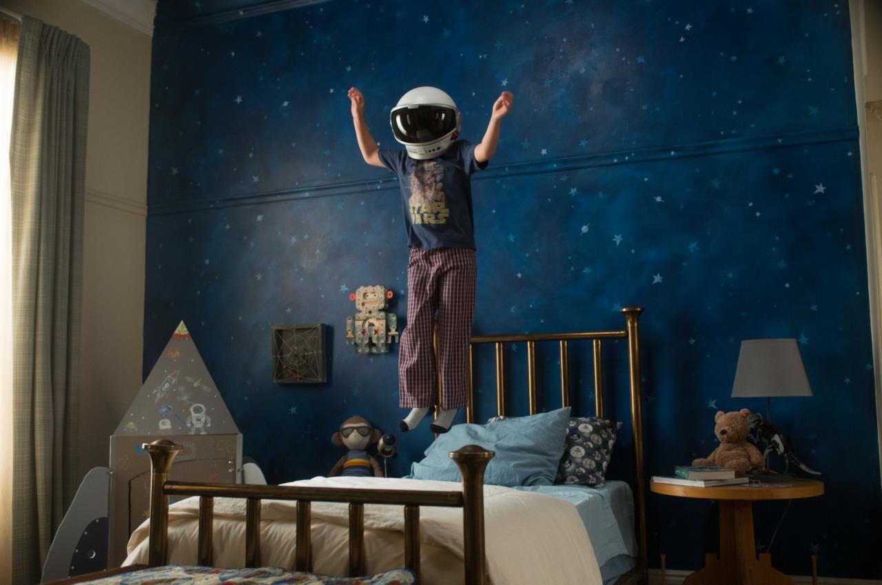 Auggie salta sul letto in una scena di Wonder