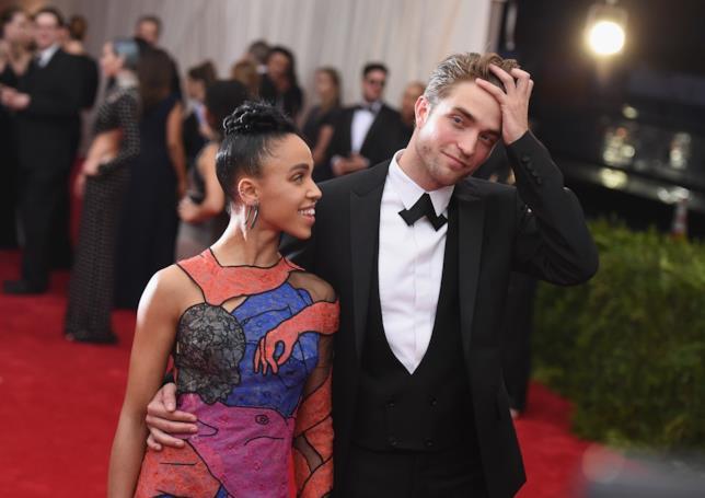 Primo piano di FKA Twigs e Robert Pattinson