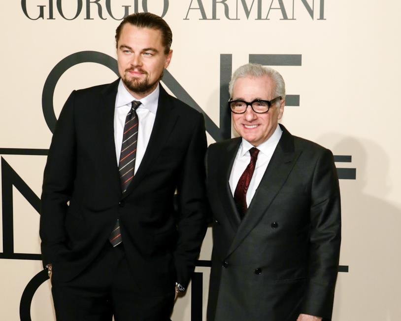 Leonardo DiCaprio e Martin Scorsese in posa davanti al logo di Giorgio Armani