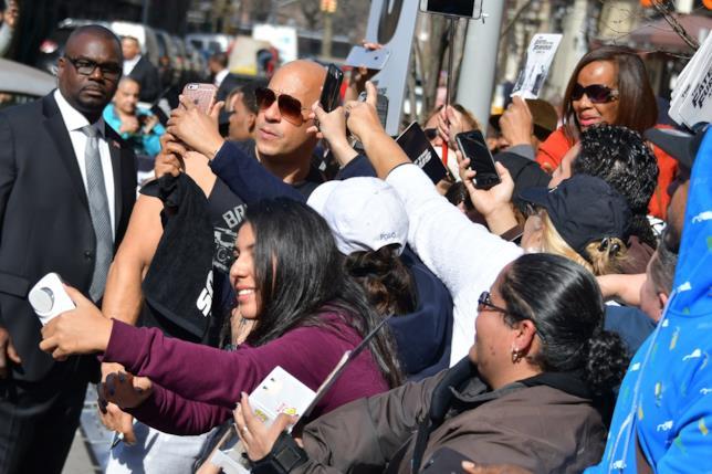 Vin Diesel fa un bagno di folla durante la promozione di Fast 8