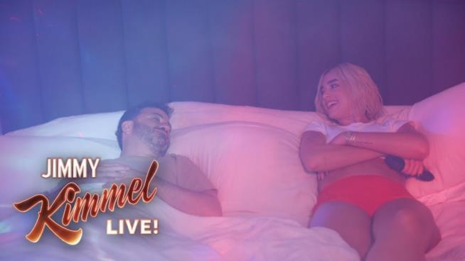 Jimmy Kimmel e Dua Lipa in camera da letto