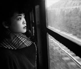 Una ragazza giapponese guarda fuori dal finestrino