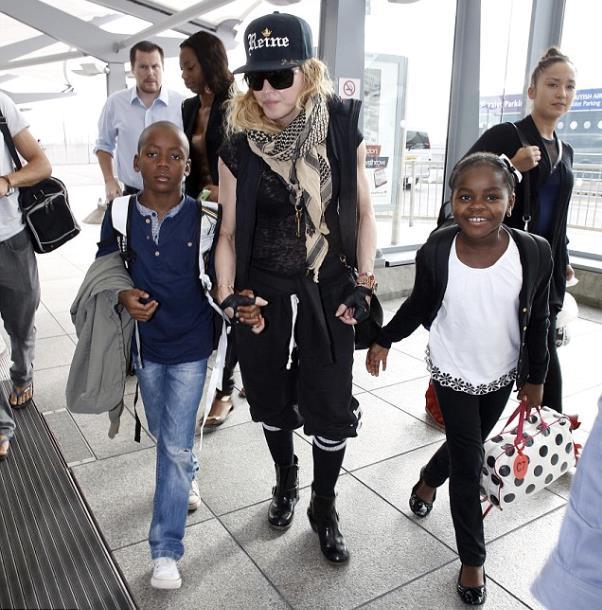 Foto di Madonna con i figli Mercy e David