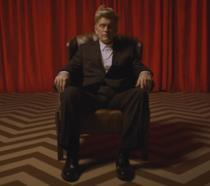 John Malkovich seduto su una poltrona