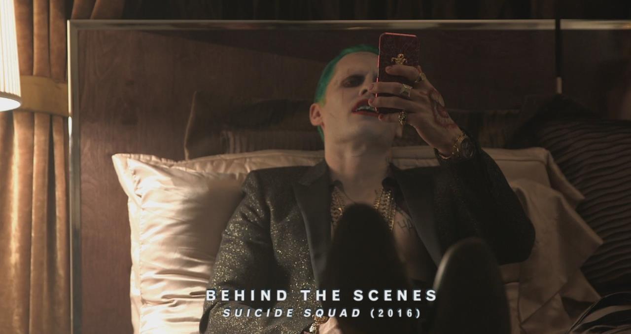 Il Joker guarda il suo smartphone