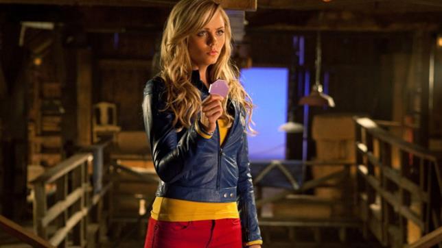 Kara vestita con i colori tematici di Kripton che regge la chiave
