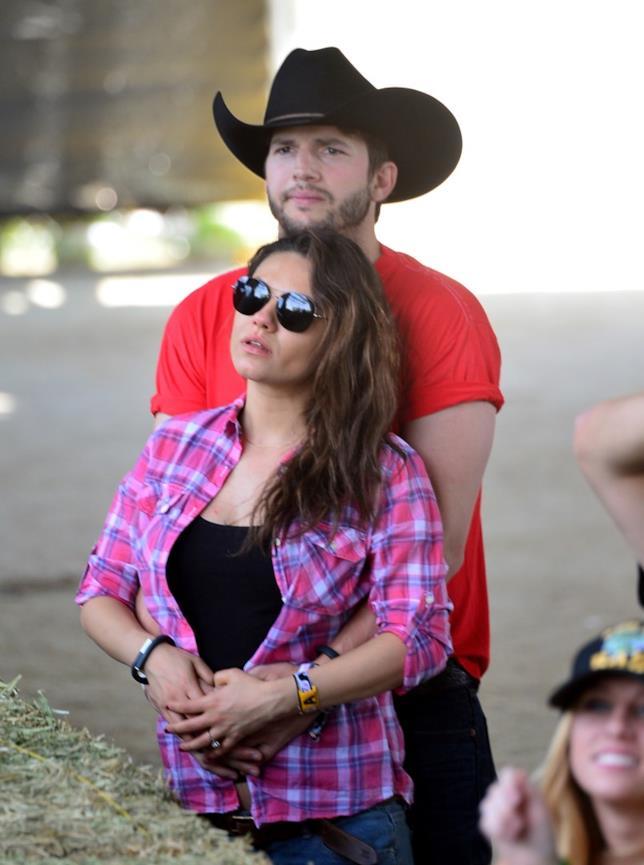 Mila Kunis e Ashton Kutcher a un rodeo