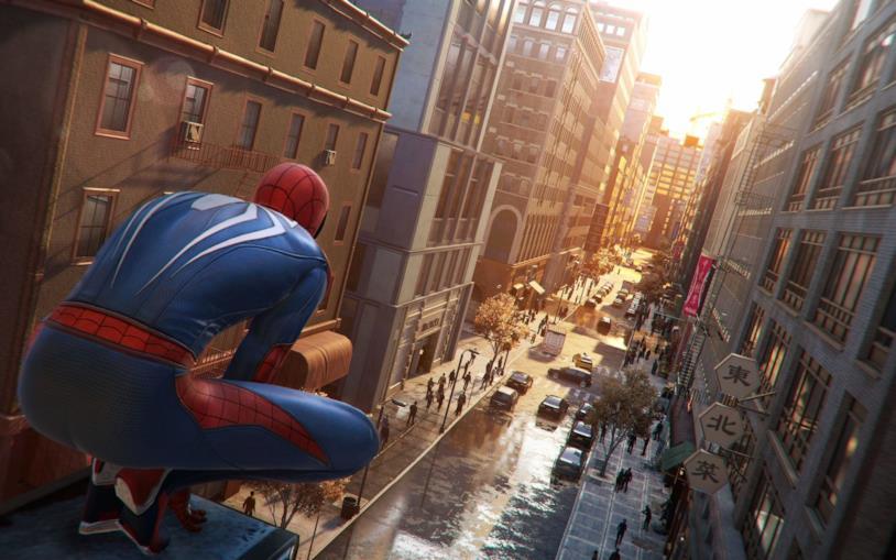 Spider-Man osserva una strada di New York