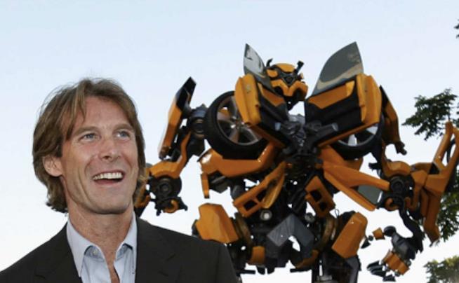 Michael Bay con il robot di Transformers