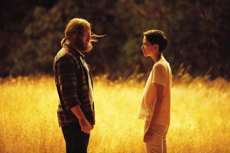 Nick Offerman e Sonoya Mizuno faccia a faccia in un campo di grano in una scena di Devs