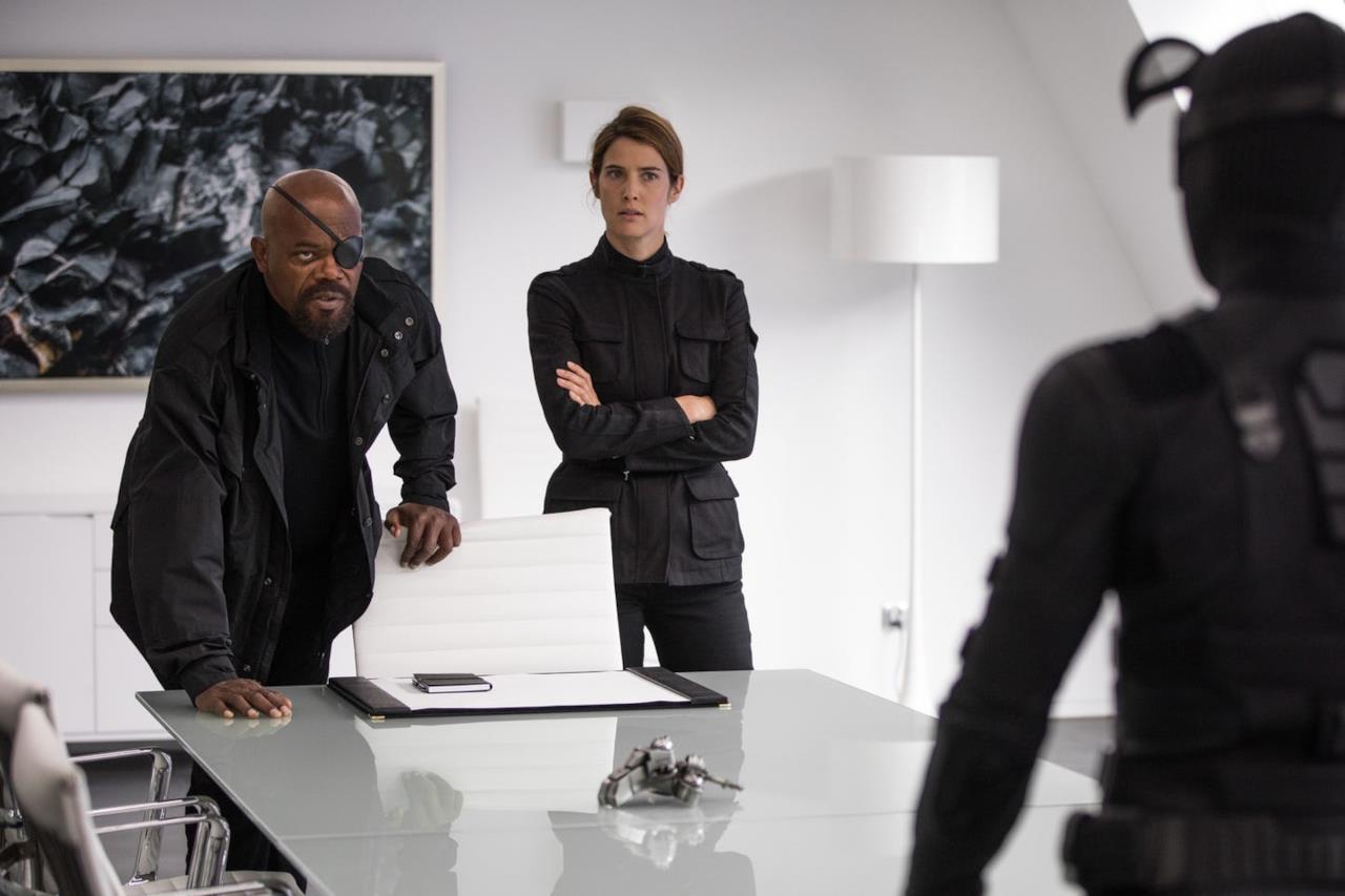Nick Fury e Maria Hill discutono con Peter Parker