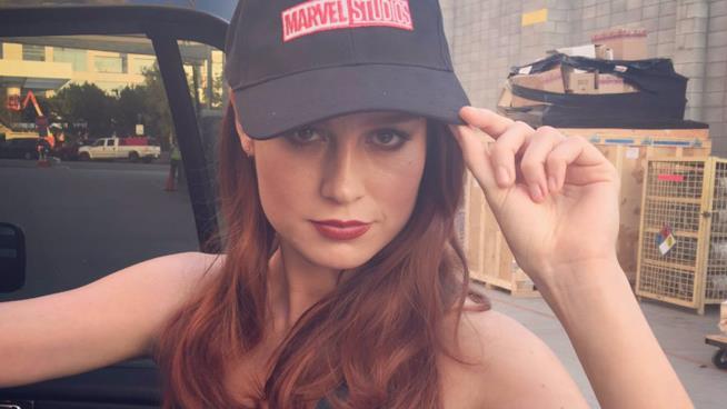 Brie Larson con il capellino dei Marvel Studios