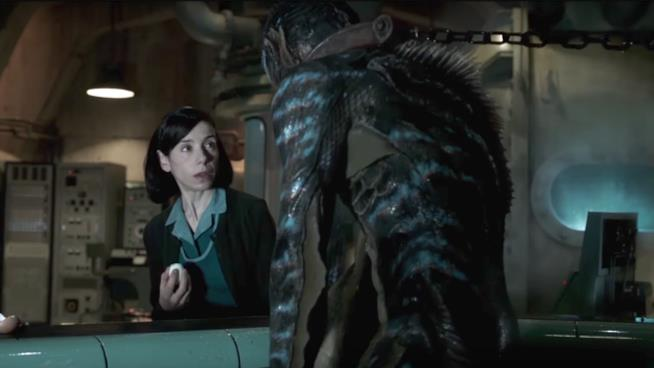 Sally Hawkins e Doug Jones in una scena del film