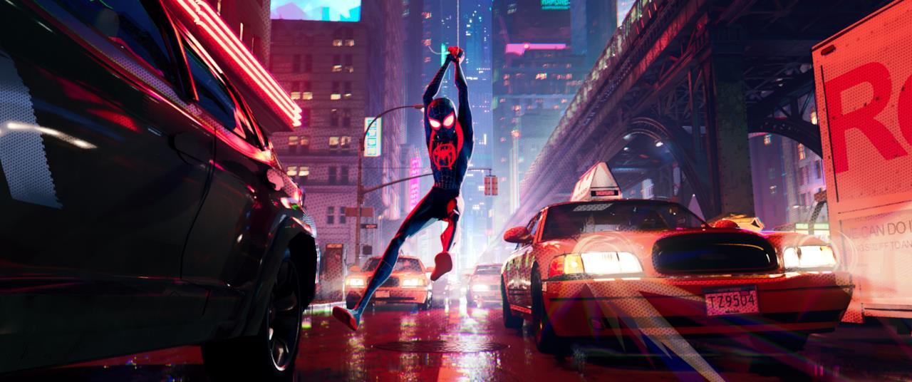 Miles appeso a una ragnatela nel suo nuovo vostume da Spider-Man