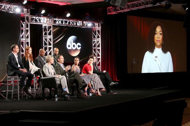 Il cast di Scandal sul palco del TCA Winter Press Tour 2017 e Shonda Rhimes