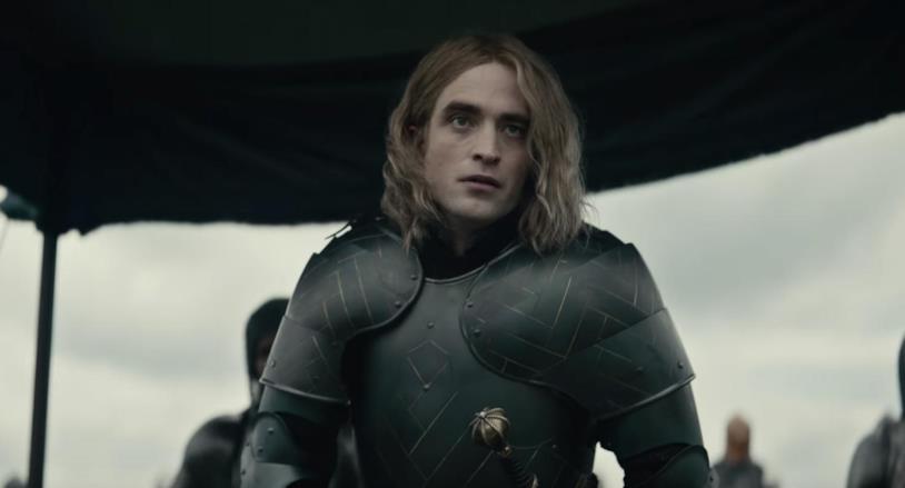 Mezza figura di Robert Pattinson in una scena del film