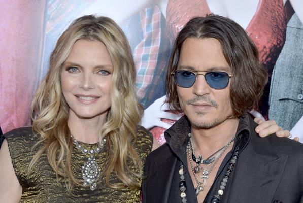 Michelle Pfeiffer abbraccia il collega Johnny Depp