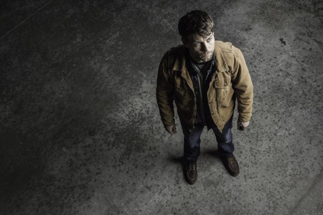 Patrick Fugit (Kyle Barnes) in una foto promozionale di Outcast