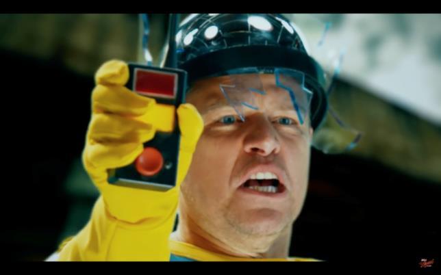 """Matt Damon nei panni di """"Mister Bolt"""" in una scena del trailer"""