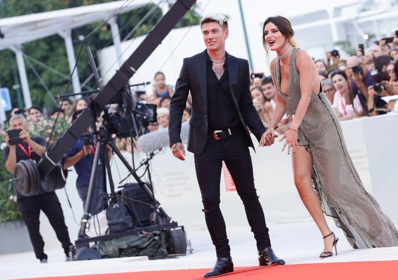 Benjamin Mascolo e Bella Thorne: l'arrivo sul red carpet a Venezia 76