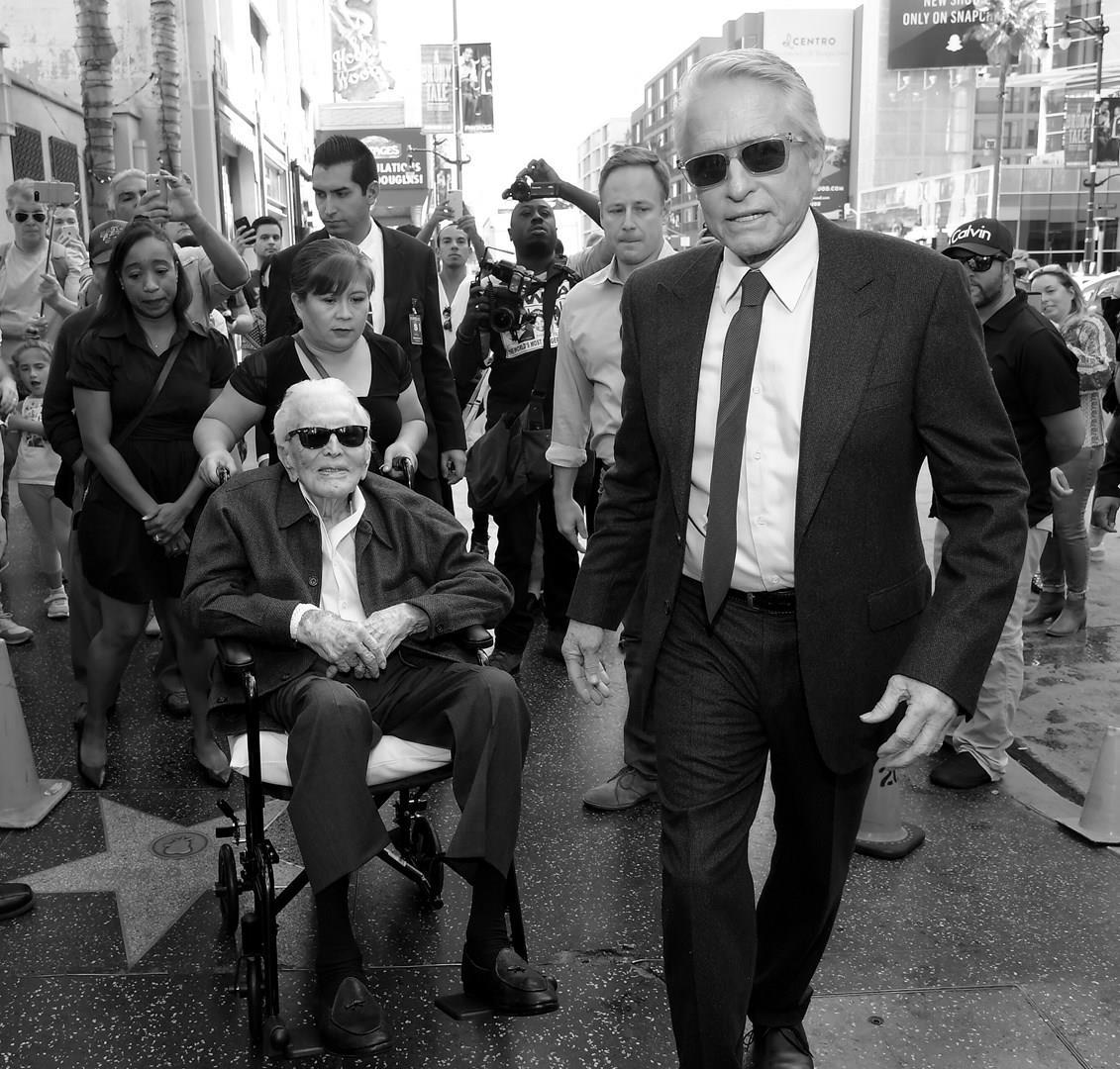Padre e figlio partecipano alla cerimonia sulla Walk of Fame