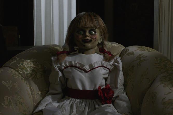 Annabelle su una poltrona del salotto dei Warren