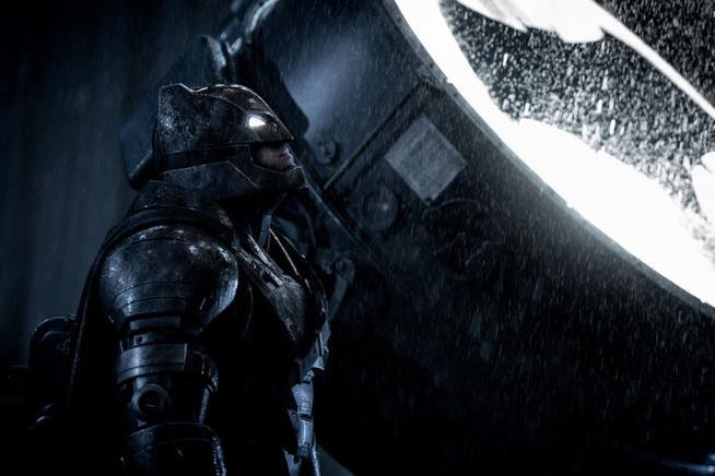 Batman scruta il cielo notturno in una scena di Batman v Superman