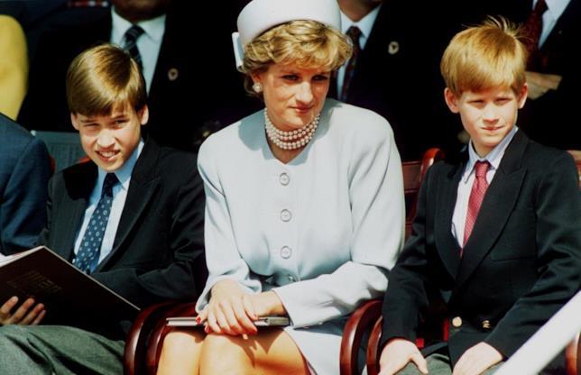 Lady D. seduta in messo a William ed Harry