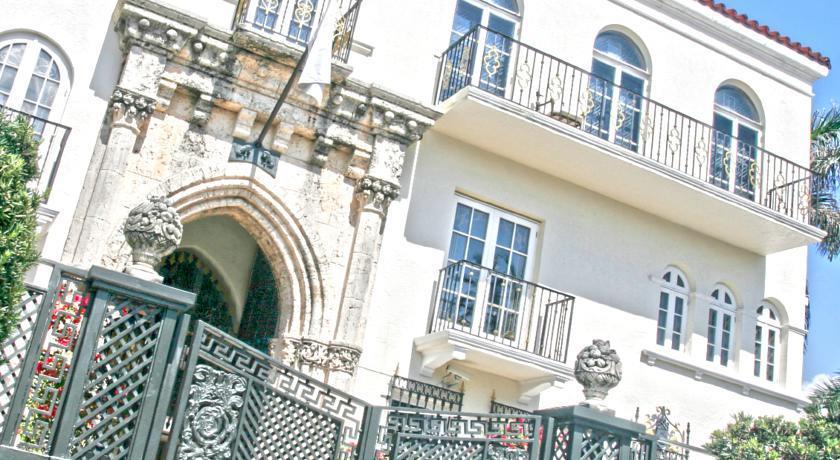 Un dettaglio della facciata di Villa Casuarina