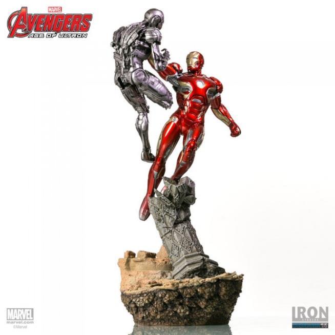 Iron Man e Ultron su piedistallo