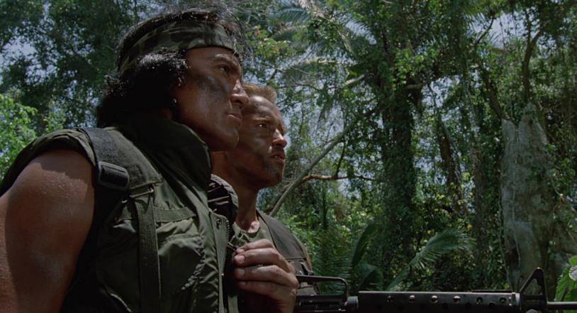 Sonny Landham e Arnold Schwarzenegger in una scena di Predator