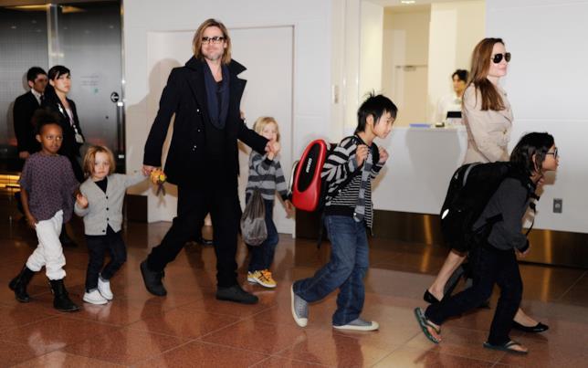 Immagine di Brad Pitt e Angelina Jolie con i loro figli