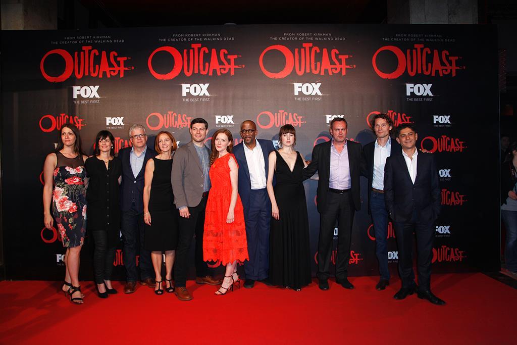 Il cast e i produttori di Outcast in posa per i fotografi sul Red Carpet
