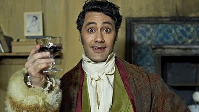 Taika Waititi in una scena del film What we do in the Shadows