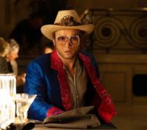 Taron Egerton negli eccentrici abiti di Elton John in Rocketman