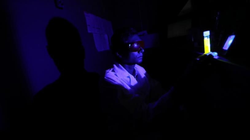 Ricercatore durante un test sulla luce blu