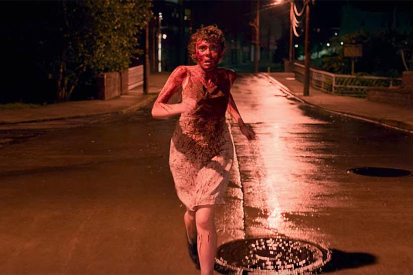 Sydney di I am not okay with this corre per strada, ricoperta di sangue